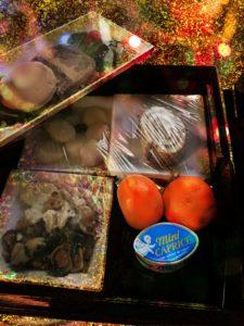 photo du repas servi pour Noël, 4 barquettes, 2 clémentines, 1 fromage, 1 gâteau, Bel'Age Services de Proximité, services à domicile, Grenoble