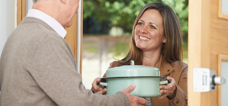 femme qui apporte une marmite de nourriture à une personne agée, livraison de repas à domicile, Bel'Age SP, Grenoble
