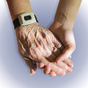 photo de 2 mains l'une dans l'autre, main sénior et main jeune, entraide, livraison de repas à domicile, Bel'Age Services de Proximité, services à domicile, Grenoble
