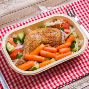 photo d'un joli plat en barquette poulet aux carotte sur un set de table à carreaux vichy rouge et blanc avec couteau et fourchette disposés de chaque côté, livraison de repas frais à domicile, Bel'Age Services de proximité, services à domicile, Grenoble