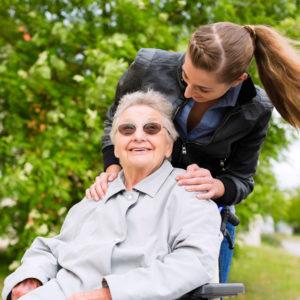 photo d'une jeune femme penchée au-dessus d'une personne âgée en fauteuil, courses sans accompagnement livrées directement à votre domicile, Bel'Age Service de Proximité, Grenoble, services à domicile