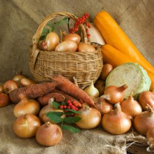 photo de légumes présentés dans un panier en osier, sur fond de toile de jute, Bel'Age Services de Proximité, Grenoble, services à domicile, courses sans accompagnement livrées directement à votre domicile