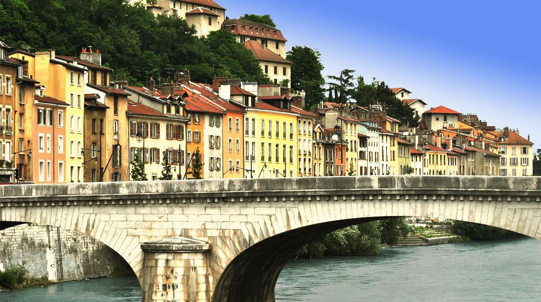 photo du pont de fontaine avec maisons colorées, Grenoble, page contact de Bel'Age Service de proximité