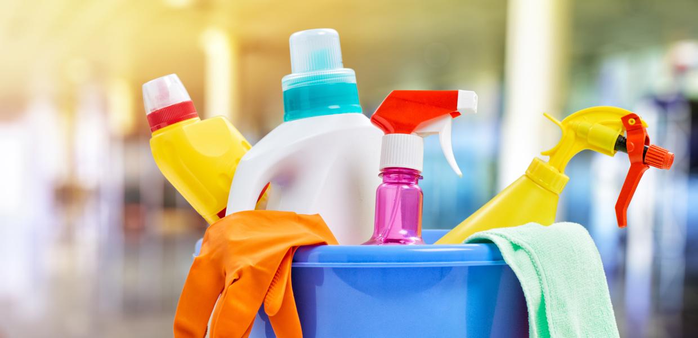 photo bassine bleue avec produits ménagers dedans, gants et chiffons de ménage, Bel'Age Services de Proximité, Grenoble, services à domicile
