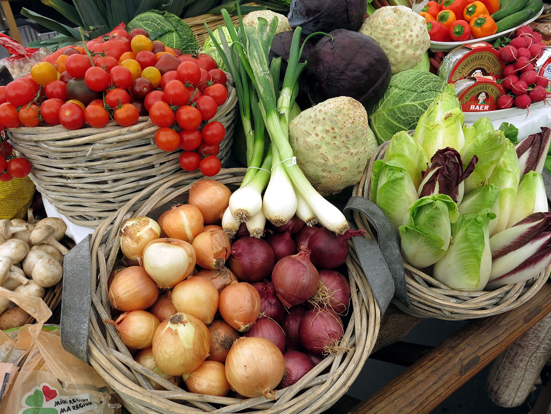 photo présentation de légumes dans paniers en osier : oignons, tomates, endives, choux, Bel'Age Services de Proximités, Grenoble, services à domicile, courses sans accompagnement