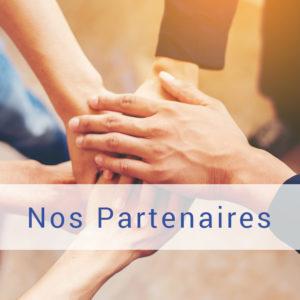 détail d'une photo de plusieurs personnes rassemblant leurs mains en signe de partenariat, d'équipe, lien vers la page Nos Partenaires à partir de l'accueil, Bel'Age Services de Proximité, Grenoble, services à domicile